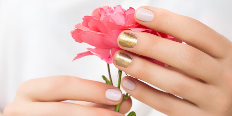 nail designs featuring gold and white